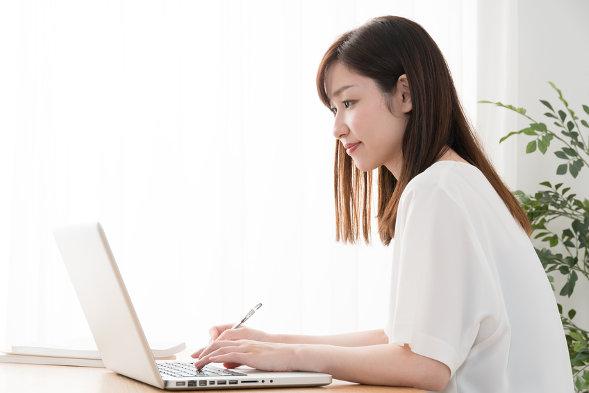 パソコンいじる女性